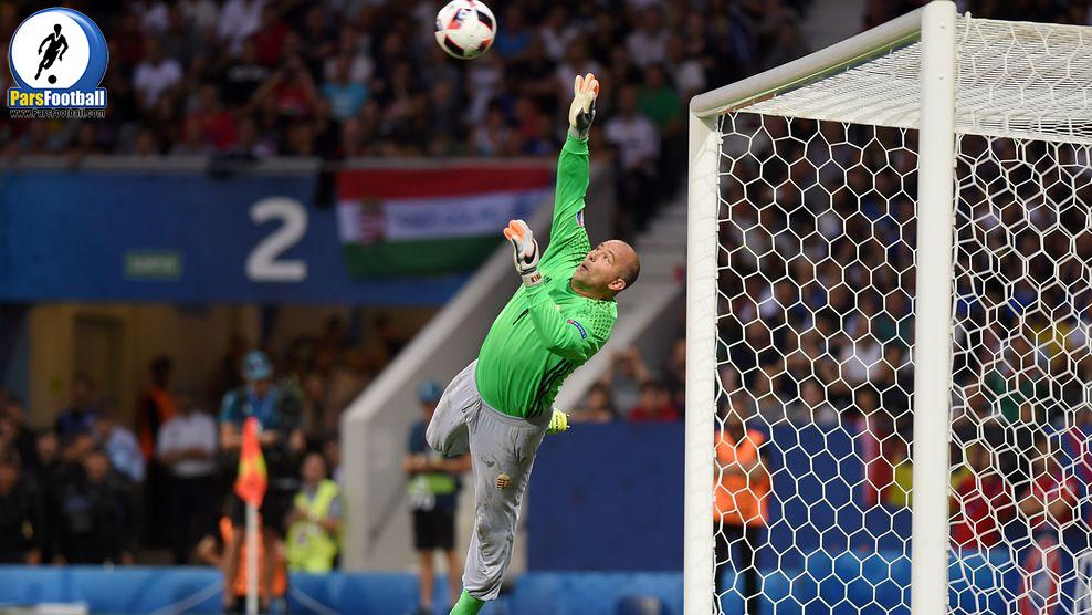 Hungary's goalkeeper Gabor Kiraly saves a shot during the Euro 2016 round of 16 football match between Hungary and Belgium at the Stadium Municipal in Toulouse on June 26, 2016.   / AFP / Rémy GABALDA        (Photo credit should read REMY GABALDA/AFP/Getty Images)