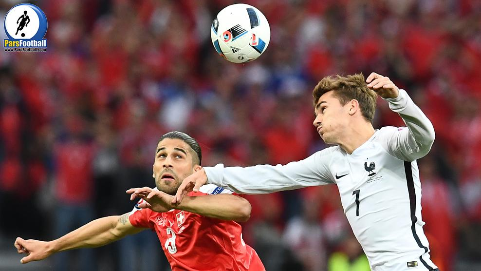 Switzerland's defender Ricardo Rodriguez (L) vies for the ball against France's forward Antoine Griezmann during the Euro 2016 group A football match between Switzerland and France at the Pierre-Mauroy stadium in Lille on June 19, 2016. / AFP / FRANCK FIFE        (Photo credit should read FRANCK FIFE/AFP/Getty Images)