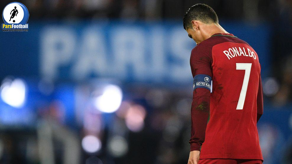 Portugal's forward Cristiano Ronaldo reacts after he missed to score a penalty during the Euro 2016 group F football match between Portugal and Austria at the Parc des Princes in Paris on June 18, 2016. / AFP / MARTIN BUREAU        (Photo credit should read MARTIN BUREAU/AFP/Getty Images)