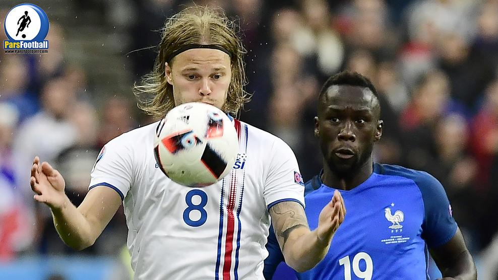 Iceland's midfielder Birkir Bjarnason (L) vies for the ball against France's defender Bacary Sagna during the Euro 2016 quarter-final football match between France and Iceland at the Stade de France in Saint-Denis, near Paris, on July 3, 2016.. / AFP / TOBIAS SCHWARZ        (Photo credit should read TOBIAS SCHWARZ/AFP/Getty Images)