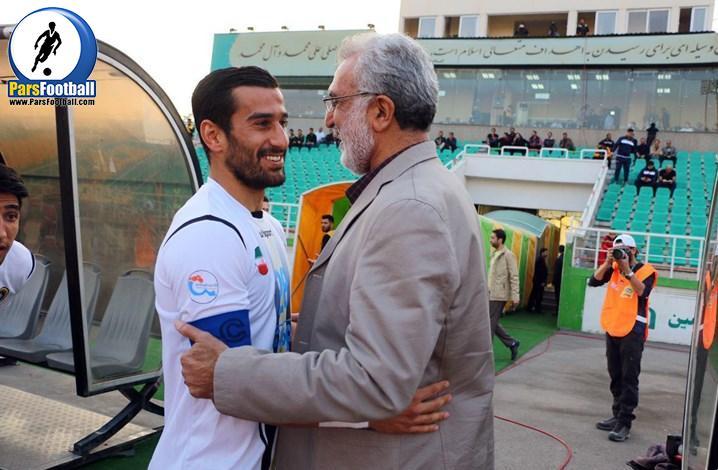 تشویق بی سابقه ی سرمربی پیشین حسین فرکی توسط طرفداران تیم فوتبال سپاهان