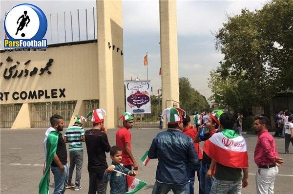 هواداران روبروی درب ورزشگاه آزادی