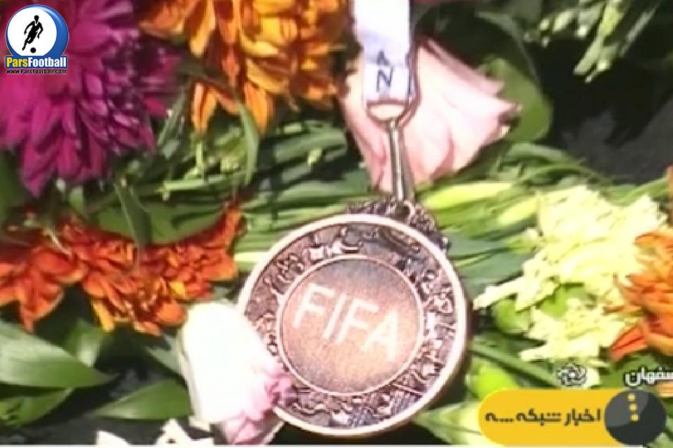 گزارشی از اهدای مدال فوتسالیست ها به خانواده ی شهدای مدافع حرم