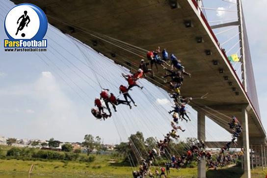 کلیپ شگفت انگیز ؛ پرش از ارتفاع 149 نفر به طور هم زمان از بالای برجی بلند به ارتفاع 30 متری
