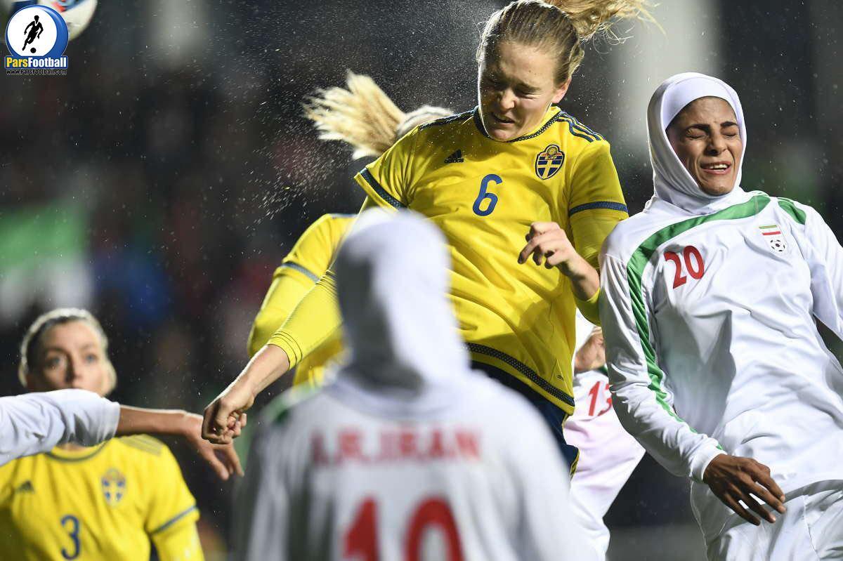 این عکس خیلى خوب است ، تلاش ملی پوشان عالی است. دیروز به سوئد رسیدن و با وجود خستگى و هواى اسکاندیناوى هم که سرد و بارونى است. تیم رقیب هم خیلی خوب و بى اعصاب با تمام قوا آمده است.