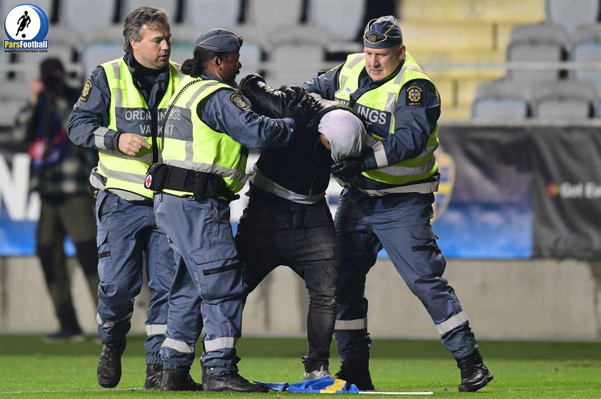 ماگدالنا اریکسون هفتمی رو زد. یه نفر با پرچم سوئد دوید وسط زمین که مامورا گرفتتش. نیمه اول تموم شد.