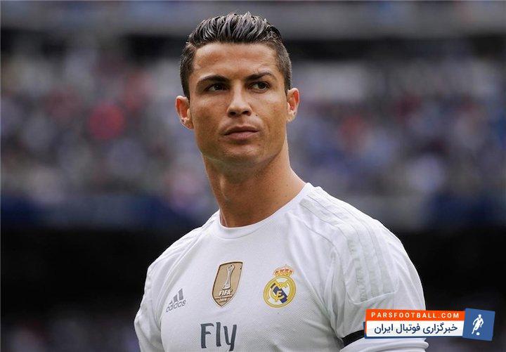 پوستری از نشان دادن عدد چهار توسط کریستیانو رونالدو پس از دریافت جایزه توپ طلای فوتبال جهان