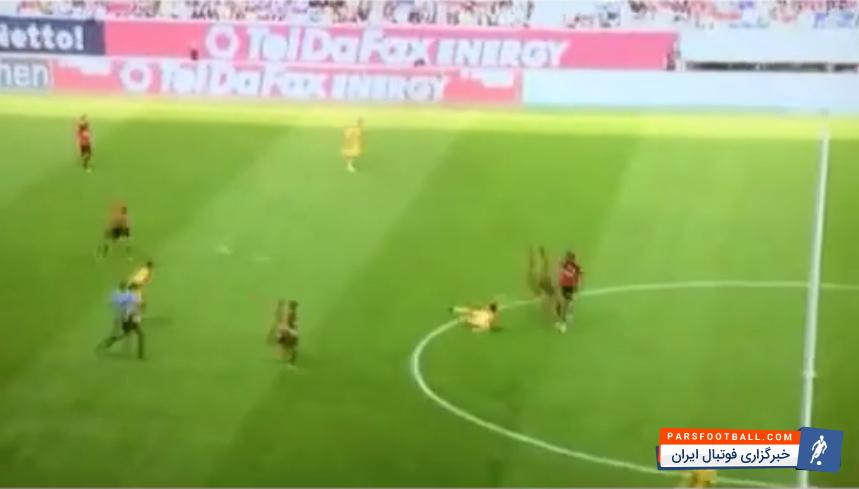 کلیپی جالب از تکل دیدنی بازیکن فوتبال روی توپ که توپ را وارد دروازه می کند ؛ پارس فوتبال