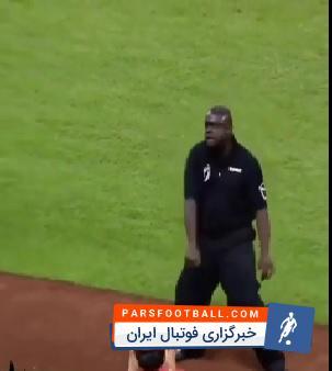 کلیپی از رقص و حرکات موزون مأمور امنیتی در استادیوم ورزشی ؛ پارس فوتبال