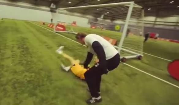 کلیپی زیبا از چالش ستاره های سابق تیم فوتبال لیورپول در شوت زنی به دروازه