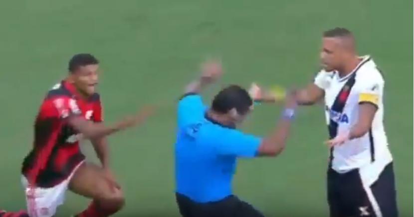 ضربه زدن فابیانو ستاره سابق برزیل به داور در دیدار واسکودوگاما در برابر فلامینگو ؛ پارس فوتبال اولین خبر گزاری فوتبال ایران