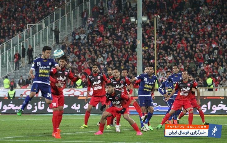 حضور یک هوادار با پرچم چلسی در ورزشگاه آزادی | خبرگزاری فوتبال ایران