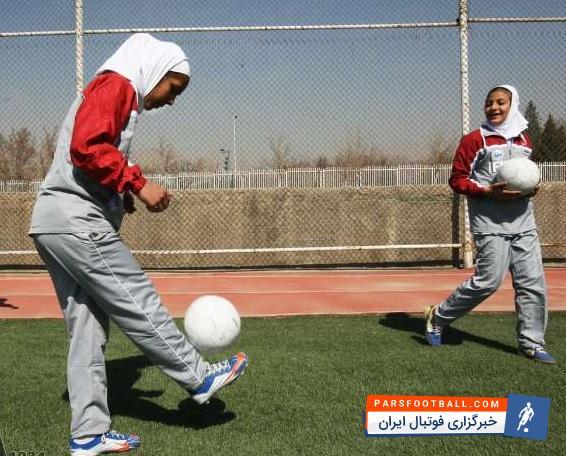 حرکات نمایشی با توپ فوتبال توسط یک بانوی فوتبالیست ایرانی در لیگ فوتبال نمایشی