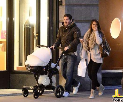 لیونل مسی ستاره آرژانتینی تیم فوتبال بارسلونا همراه همسرش در خیابان های شهر بارسلون اسپانیا