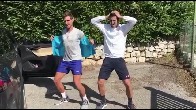 کلیپی از حرکات موزون نواک جوکوویچ ، تنیسور مطرح جهان به همراه یکی از دوستانش
