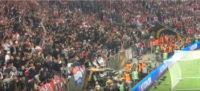 خشم هواداران آژاکس از باخت و پرتاب کردن صندلی ها