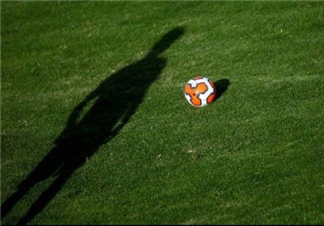 فوتبال ؛ ناراحتی بازیکن معروف فوتبال به توهین های هواداران به همسر او