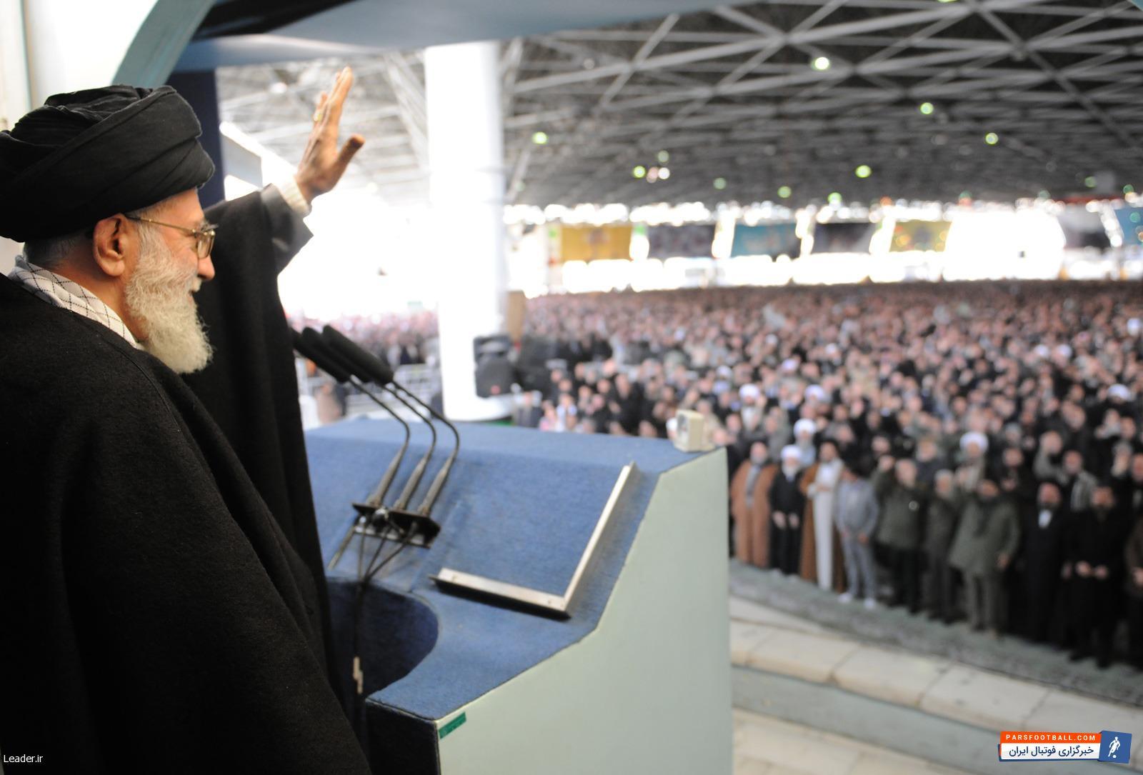 نماز جمعه ؛ نصب بنر جنجالی در نماز جمعه تهران، حاشیه ساز شد ؛ پارس فوتبال