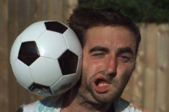 صحنه آهسته لحظه ی برخورد توپ فوتبال با صورت انسان