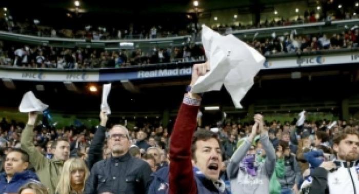 حمايت هواداران رئال مادرید از رونالدو در دقيقه 7 بازی برای اعتراض به داوری
