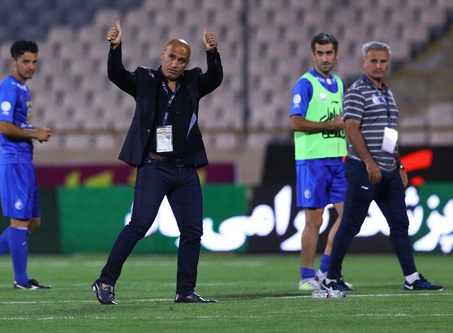 علیرضا منصوریان ساختمان باشگاه را ترک کرد تا در محل تمرین آبی ها حاضر شود