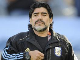 مارادونا در حال تماشای فوتبال با سیگاری بر لب