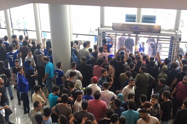 استقبال جالب از بازیکنان استقلال در فرودگاه رشت ؛ خبرگزاری فوتبال ایران