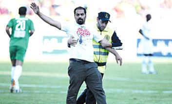 کلیپ فوق العاده جالبی از تلاش عجیب نیروهای امنیتی یکی از ورزشگاه ها برای دستگیری هواداران فوتبال