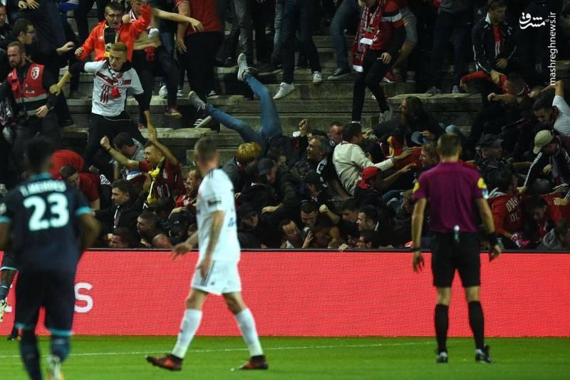 فرو ریختن قسمتی از جایگاه تماشاگران در لیگ دسته یک لوشامپیونه