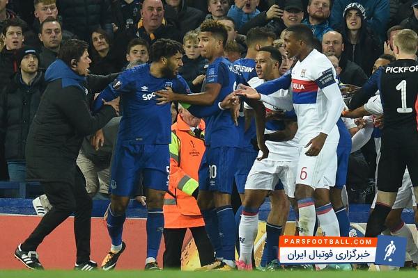 درگیری فیزیکی بین بازیکنان دو تیم فوتبال اورتون در برابر لیون در لیگ اروپا