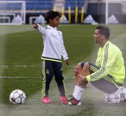 هنرنمایی دیدنی پسر رونالدو با توپ در حضور پدر