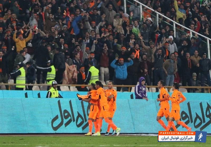 هواداران دو تیم فوتبال پرسپولیس و بادران در پایان بازی به فحاشی به یکدیگر مشغول شدند