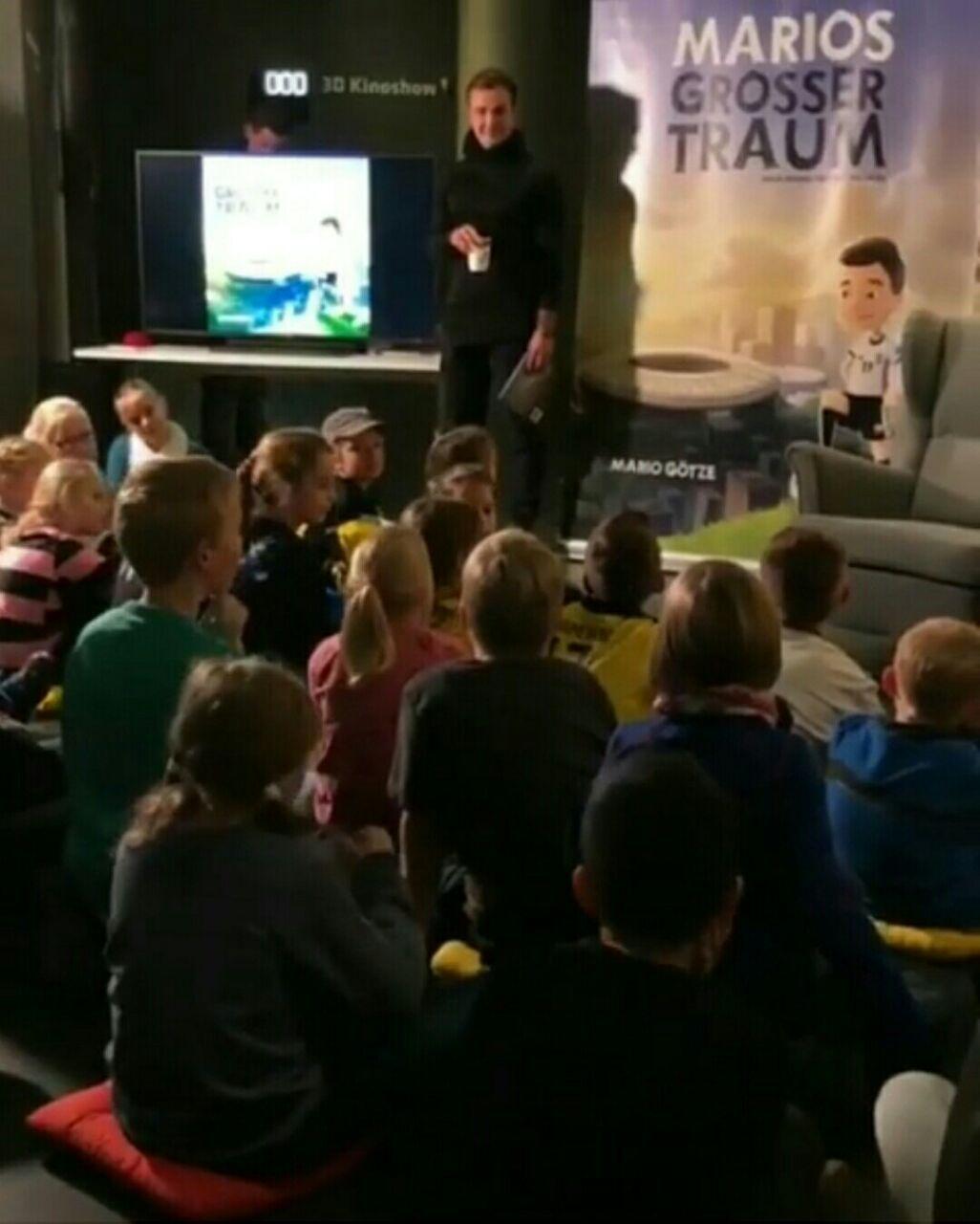عکس ؛ ستاره تیم ملی آلمان از کتابش برای کودکان رونمایی کرد