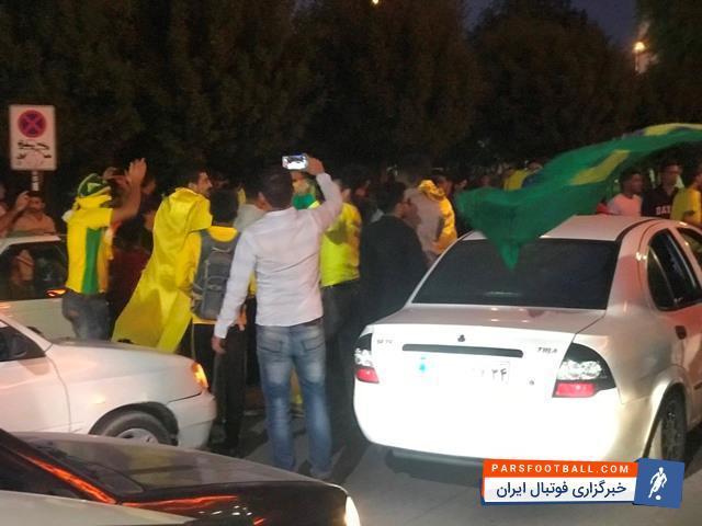 شادی مردم آبادان بعد از برد تیم صنعت نفت آبادان مقابل پرسپولیس ؛ پارس فوتبال