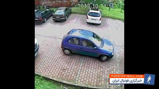 کلیپ جالب از تلاش یک راننده برای خارج کردن اتومبیلش از پارک ؛ پارس فوتبال