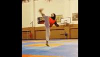 کلیپی از حرکات تماشایی یک دختر محجبه در هنگام طناب زنی