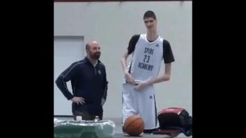 کلیپی از عملکرد یک بازیکن بلند قد در مسابقات بسکتبال
