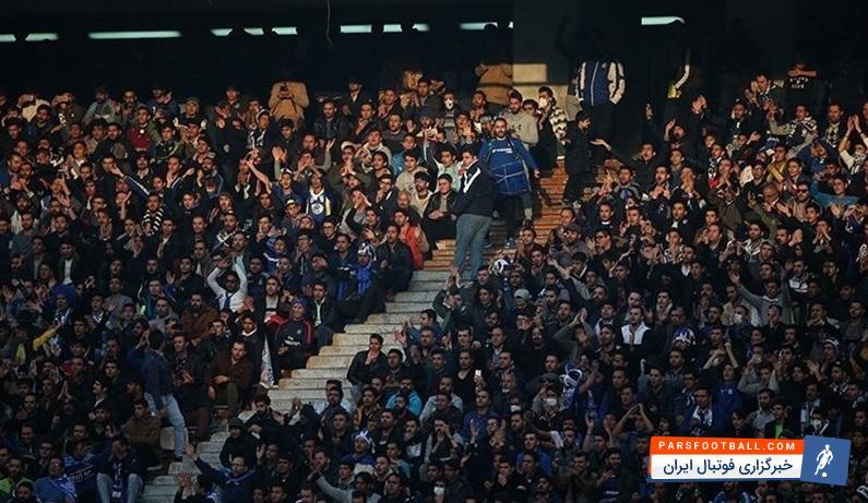 تشویق علی کریمی از سوی هواداران استقلال در حاشیه دیدار استقلال و سپیدرود