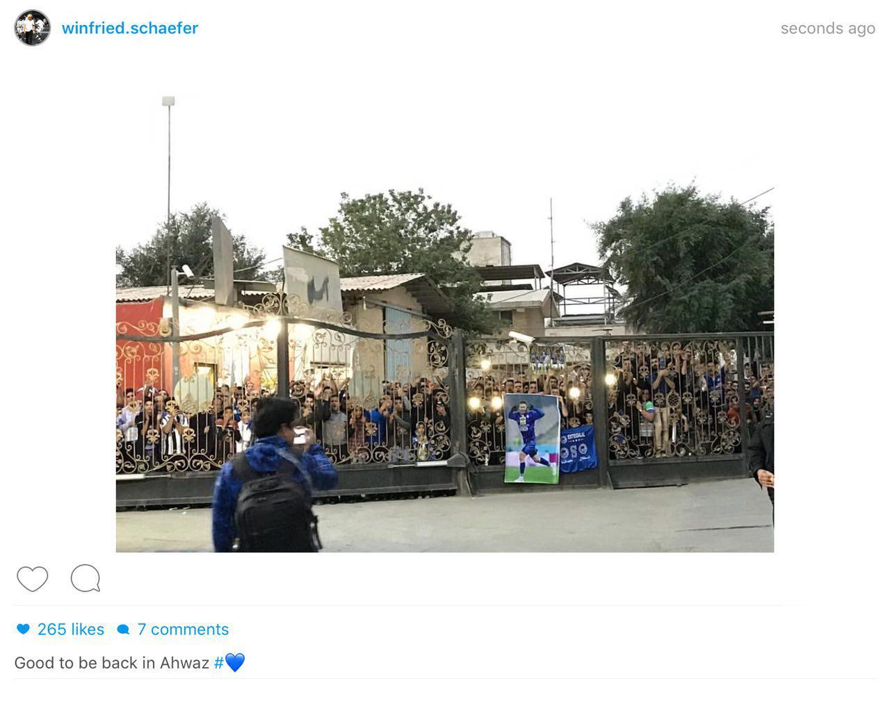 """عکس ؛ خوشحالی سرمربی """" استقلال """" از استقبال هواداران در اهواز"""
