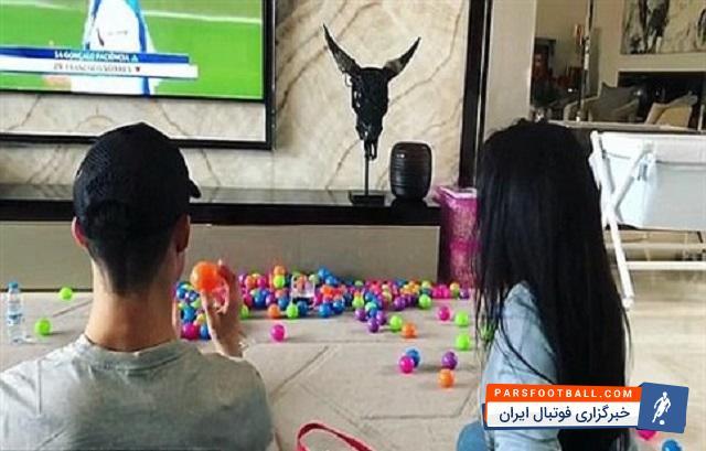 """عکس ؛ تفریح فوق ستاره رئال ! بازی """" رونالدو """" و نامزدش در خانه !"""