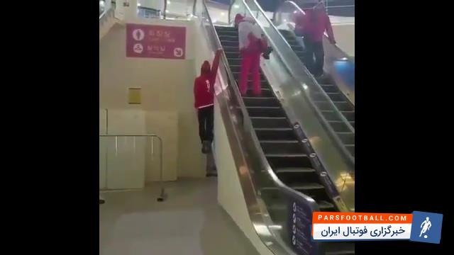 کلیپی از نمایش قدرت بدنی یک ورزشکار روی پله برقی ؛ پارس فوتبال