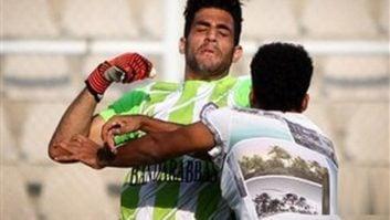 درگیری بازیکنان با یک تماشاگر در لیگ دسته دوم ایران