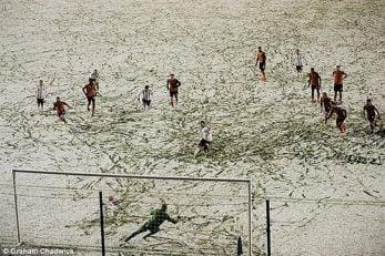 فوتبال در شرایط آب و هوای نامساعد!