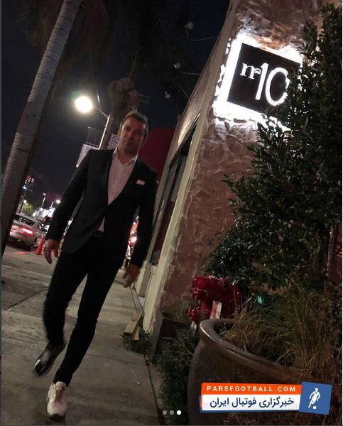 حضور دل پیرو با تیپ سیاه و سفید در افتتاح رستورانش