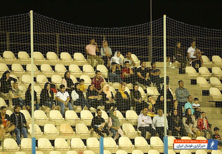 طی سالیان اخیر تماشای فوتبال ساحلی برخلاف فوتبال چمنی و بسیاری دیگر از ورزشها، برای خانوادهها ممنوعیت نداشته و بانوان به راحتی میتوانستند در مکانهایی که برایشان در نظر گرفته شده بود، مسابقات فوتبال ساحلی را تماشا کنند که این اتفاق به ویژه در بوشهر بدون مشکل برگزار میشد و مشکلی به وجود نیاورده بود.