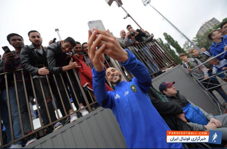 هواداران تیم ملی مراکش در آخرین تمرین این تیم در کمپ اختصاصی شان حضور یافتند بازیکنان تیم ملی مراکش در پایان تمرین   با هواداران عکس یادگاری انداختند.