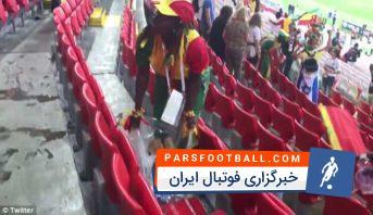 سنگال ؛ تمیز کردن ورزشگاه از سوی هواداران تیم فوتبال سنگال بعد از برد برابر لهستان