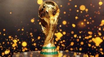 جام جهانی ؛ تصاویری از نماز خواندن ایرانیان در پیاده رو های کشور روسیه