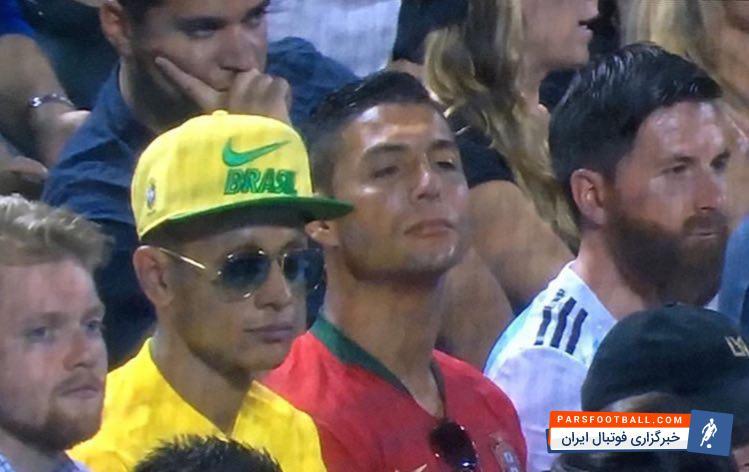 تصویری از بدل سه فوق ستاره فوتبال جهان، مسی رونالدو و نیمار در فضای مجازی به اشتراک گذاشته شده که در کنار یکدیگر در حال تماشای مسابقه ی بیسبال هستند.