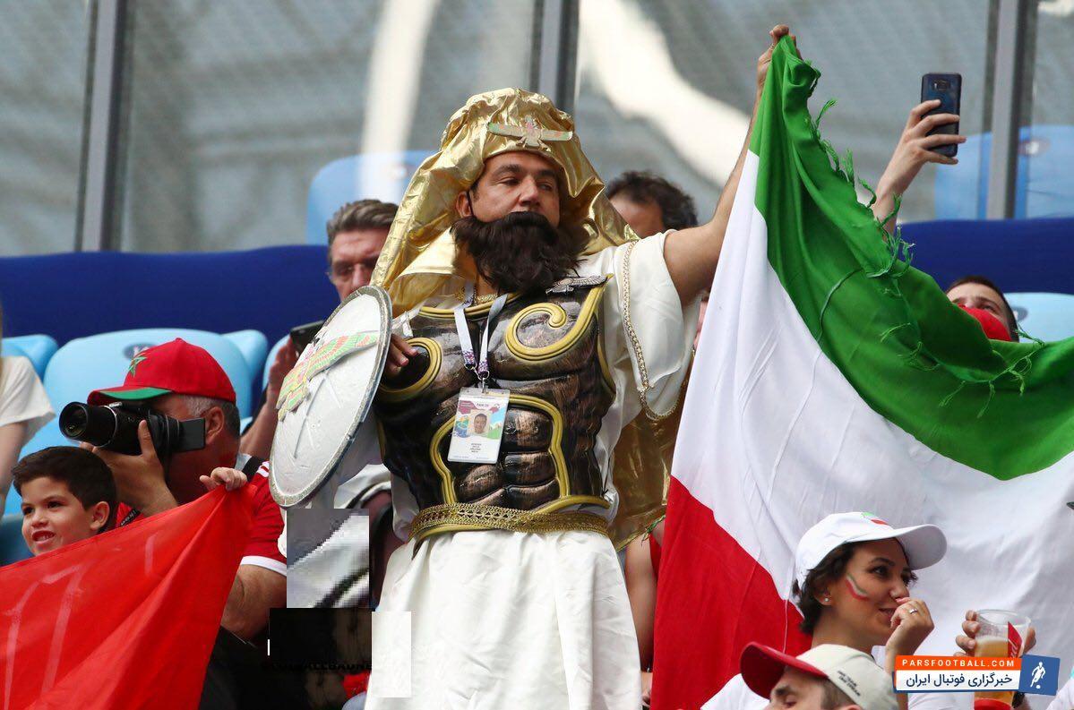 حضور سرباز هخامنشی در ورزشگاه - در بین سیل عظیم هواداران تیم ملی ایران یک هوادار با پوشش خاص و عجیب شبیه به سرباز هخامنشی توجه دیگزان را به خود جلب کرد